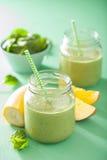 Smoothie vert sain avec la banane de mangue d'épinards dans des pots en verre Images libres de droits