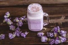 Smoothie von Moosbeeren und von Trockenblumen lizenzfreie stockfotografie