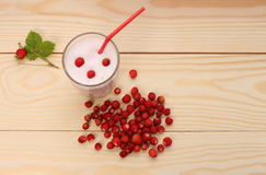 Smoothie from wild strawberries in a glass and wild strawberries Stock Photography