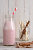 Smoothie y galletas de la fresa Imagen de archivo libre de regalías
