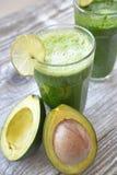 Smoothie z avocado i wapnem zdjęcia stock