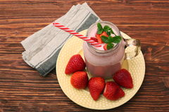 Smoothie z truskawkami i mlekiem Obrazy Stock