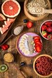 Smoothiebunke med frukter, bär och olika superfoods Arkivbild