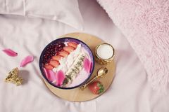 Smoothiekom met verse bessen, zaden en vruchten Gezond ontbijt in het bed Royalty-vrije Stock Afbeeldingen