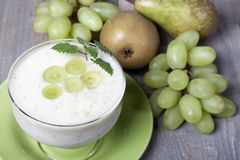 Smoothies груш и зеленых виноградин с югуртом Стоковые Фото