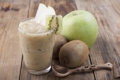 Smoothies зеленых яблока и кивиа Стоковое фото RF