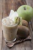 Smoothies зеленых яблока и кивиа Стоковые Фото