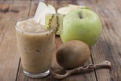 Smoothies зеленых яблока и кивиа Стоковые Фотографии RF