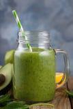 Smoothies листьев авокадоа, банана, цитруса и шпината Стоковое Изображение