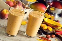 Smoothies или Milkshakes манго персика Стоковые Изображения RF