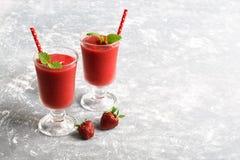 2 smoothies клубники на серой предпосылке Скопируйте космос, селективный фокус Стоковое Фото