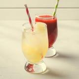 Smoothies клубники и лимонад льда с трубками коктеиля в стеклах, на белой предпосылке Стоковое Фото
