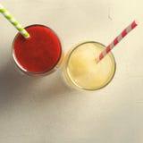 Smoothies клубники и лимонад льда с трубками коктеиля в стеклах, на белой предпосылке Стоковое Изображение RF