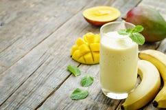 Smoothies манго банана Стоковая Фотография RF