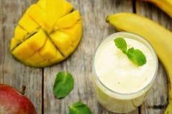 Smoothies манго банана Стоковые Фотографии RF