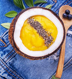 Smoothies манго и ягоды завтрака гарнированные с Стоковое Фото