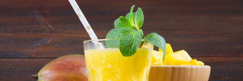 Smoothies манго на деревянном столе знамена стоковое фото rf