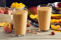 2 Smoothies манго персика в стеклах Стоковые Фотографии RF