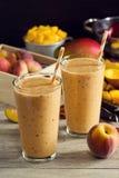 Smoothies манго персика с свежими ингридиентами Стоковое Изображение