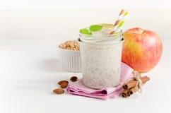 Smoothies молока на розовых салфетке и яблоке Стоковые Изображения