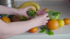 Smoothies овоща и ягоды на кухонном столе Еда зеленого коктейля здоровая акции видеоматериалы