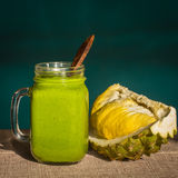 Smoothies от авокадоа, банана, манго, укропа в стекле и части дуриана на таблице, света утра, конца вверх Стоковые Фотографии RF