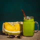 Smoothies от авокадоа, банана, манго, укропа в стекле и части дуриана на таблице, света утра, конца вверх Стоковая Фотография RF