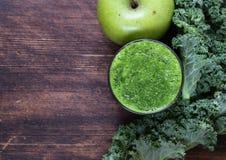 Smoothies от зеленых органических капусты и яблока листовой капусты Стоковое Изображение RF