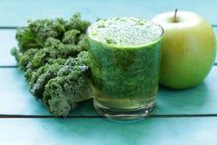 Smoothies от зеленых органических капусты и яблока листовой капусты Стоковое Фото