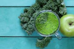 Smoothies от зеленых органических капусты и яблока листовой капусты Стоковое фото RF