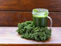 Smoothies от зеленых органических капусты и яблока листовой капусты Стоковые Фото