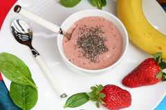 Smoothies сделанные банана и шпината и банана и клубник на белой деревянной предпосылке Стоковое Изображение
