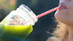 smoothies Användbart, vitamin, vegetarisk drink för hälsa, energi och styrka arkivfilmer