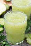 Smoothies av det gröna äpplet, selleri och limefrukt, närbild royaltyfri fotografi