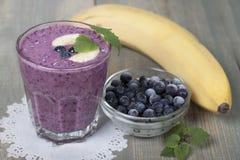 Smoothies av djupfrysta blåbär och bananen med yoghurt arkivfoto