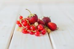Smoothies av jordgubbar och vinbär Arkivbilder