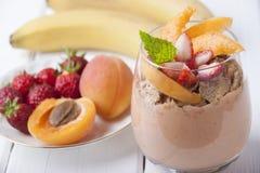 Smoothies avec l'abricot, la fraise, la banane et le muesli Image libre de droits