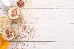 Smoothies avec la farine d'avoine, graines de lin dans des pots en verre sur un fond en bois photos stock