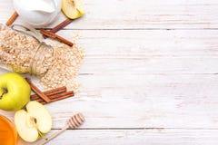 Smoothies avec la farine d'avoine, la pomme et la cannelle dans des pots en verre sur un fond en bois images libres de droits