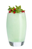 Smoothies azules femeninos, adornados con la menta y los arándanos Bebida de restauración en el fondo blanco Coctel del verano imágenes de archivo libres de regalías