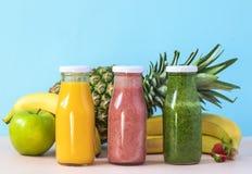 Smoothies colorés dans des bouteilles Style naturel d'aliment biologique image stock
