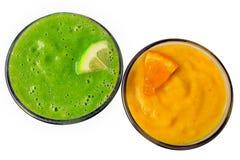 Smoothies de fruit frais décorés des tranches d'orange et de lim image stock
