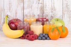 Smoothies de fruit pour un bébé Images libres de droits