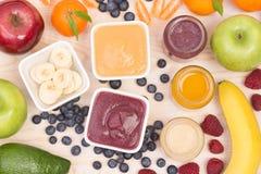 Smoothies de fruit pour un bébé, vue supérieure Photo stock