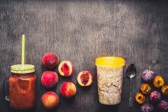 Smoothies de fruit Smoothie de pêche et de prune Pêche, prune et farine d'avoine Petit déjeuner délicieux et sain Photos stock