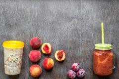 Smoothies de fruit Smoothie de pêche et de prune Pêche, prune et farine d'avoine Petit déjeuner délicieux et sain Image stock