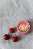 Smoothies de la fresa con la harina de avena Fotografía de archivo libre de regalías