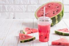 Smoothies de la sandía Juice In a la taza plástica con una paja Fre Imagenes de archivo