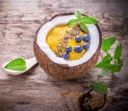 Smoothies de mangue pour le petit déjeuner avec une garniture de Images libres de droits