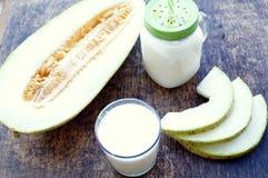 Smoothies de melon, tranches de melon sur la table, yaourt Le concept de la consommation saine Veganism, végétarisme Images stock